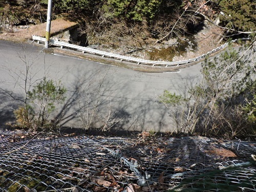 崖上から道路を見下ろす