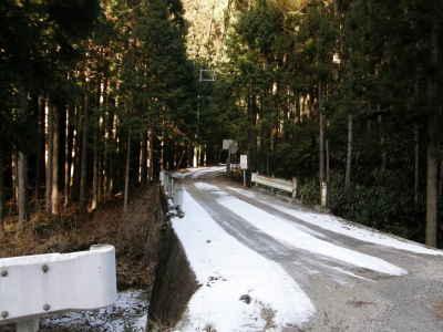 陽裏の雪道