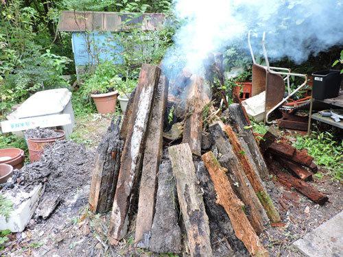 朽木を燃やす。