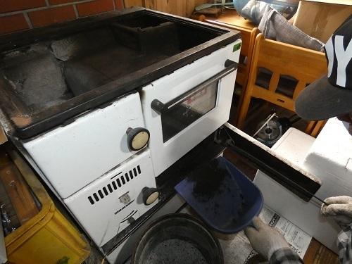薪オーブンの掃除