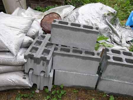 ブロックと砂、セメント