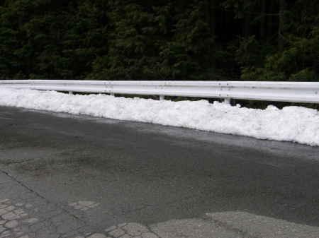 路肩に残る雪